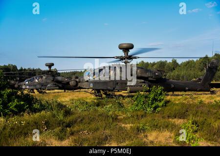 Us-Soldaten mit dem 12 Combat Aviation Brigade (12 CAB) Die AH-64 Apache und CH-47 Chinook Hubschrauber Vorbereitung für den take-off von Zagan, Zagan, Polen, 21. Juni 2018. Die 12 CAB abgeschlossen Der Sabre Streik 2018 Übungen und ist auf dem Weg zurück zur U.S. Army Garrison Ansbach, wo die Brigade stationiert ist. (U.S. Armee Foto von visuellen Informationen Spezialist Eugen Warkentin) - Stockfoto