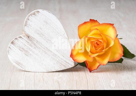 Herz aus rosa Tulpen Blumen auf rustikalen Tisch für den 8. März, den Internationalen Tag der Frauen, Geburtstag, Valentinstag oder Muttertag: Detailansicht - Stockfoto