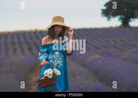 Junge schöne attraktive Frau in die blühenden Lavendelfelder in der Nähe von Plovdiv in Bulgarien. Blühende Lavendel Blumen in Bulgarien. - Stockfoto