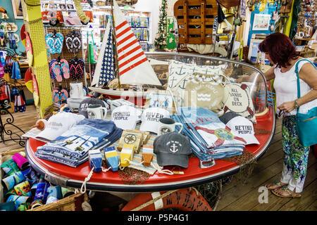 Nautisch aber nett Stuart Florida shopping Souvenirs Anzeige Verkauf Geschenke Caps T-Stück T-Shirts Frau suchen - Stockfoto