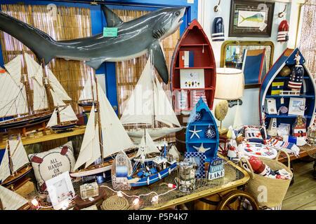 Nautisch aber nett Stuart Florida shopping Souvenirs Anzeige Verkauf Küsten Dekor Holz Segelboote Modell taxidermized taxidermy thresher shark - Stockfoto