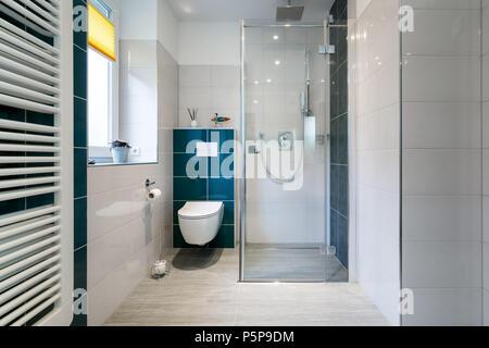 Horizontale geschossen von einem luxuriösen Badezimmer mit einer großen, begehbaren Dusche. Blauen und weißen Fliesen - Stockfoto