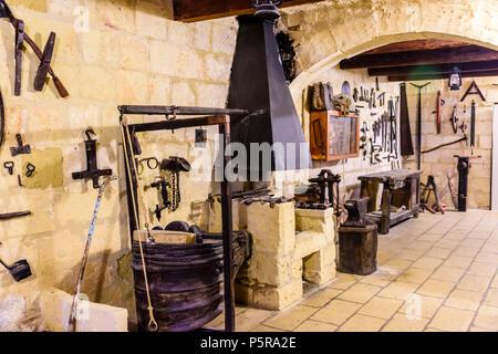 Alte traditionelle Werkzeuge an der Wand aufhängen, in der Holz- und Metallverarbeitung Workshop. - Stockfoto
