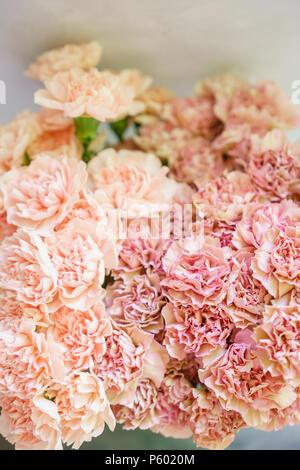 sch ne blumen im glas vase sch nen blumenstrau aus wei und rosa pfingstrosen florale. Black Bedroom Furniture Sets. Home Design Ideas