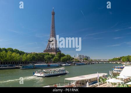 Paris, Frankreich, 23. Juni 2018: Bateau Mouche auf der Seine mit dem Eiffelturm im Hintergrund - Stockfoto