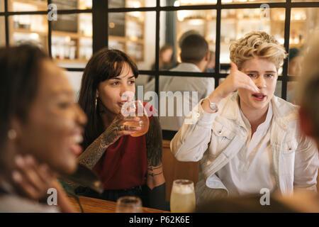 Diverse junge Freundinnen zusammen hängen in einem trendigen Bistro - Stockfoto
