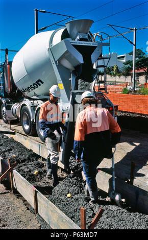 Betonieren eines Services Channel neben der Spurverbreiterung Platz für den Ipswich nach Brisbane Rail upgrade Projekt in Barra, Queensland, Australien - Stockfoto
