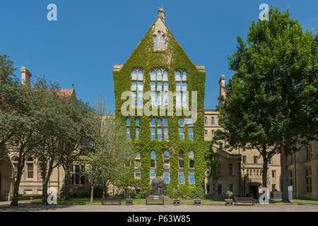 Die efeubewachsene Beyer Gebäude - eines der vielen Gebäude der Universität von Manchester (nur redaktionelle Nutzung). - Stockfoto