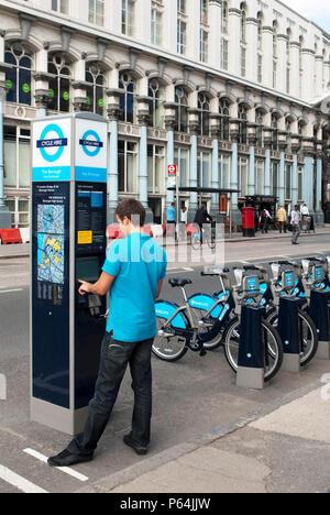 Barclays gesponsert Fahrradverleih, einem öffentlichen Fahrrad Kostenteilung einrichten zu fördern Radfahren in London, Großbritannien - Stockfoto