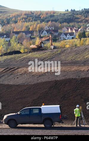 Surveyor auf brownfiled Website mit Theodoliten, Großbritannien - Stockfoto