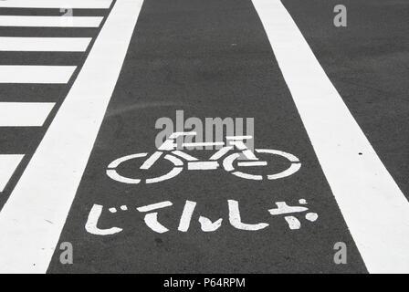 Fahrrad Fahrbahnmarkierungen auf der Straße in Japan - Stockfoto