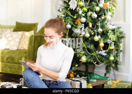 Maler Mädchen mit Smartphone Freunden ein gutes neues Jahr zu ...