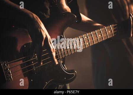 Gitarrist spielt auf der Gitarre, weiche selektiven Fokus, live Musik Thema - Stockfoto