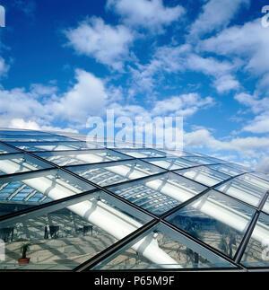 Äußere Detail der größten Glas span Dach: großes Glas House, National Botanic Haus von Wales. Carmarthenshire, Wales, Vereinigtes Königreich. Entworfen von Nr. - Stockfoto