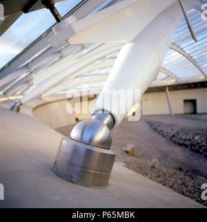 Interior Detail der größten Glas span Dach: großes Glas House, National Botanic Haus von Wales. Carmarthenshire, Wales, Vereinigtes Königreich. Entworfen von Nr. - Stockfoto