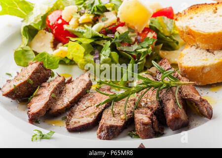 Scheiben von einem Steak mit frischem Salat - Stockfoto