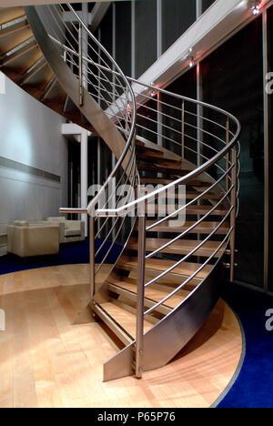 Wendeltreppe aus Stahl und auf nachhaltige Weise eingeschlagenem Holz. - Stockfoto