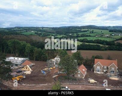Bau von neuen Einfamilienhäusern mit Umrechnung von stabilen Block in der Nähe zum Haus. Wales. - Stockfoto