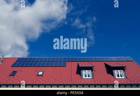 Neue umweltfreundliche Häuser mit Solarzellen auf dem Dach gebaut. - Stockfoto