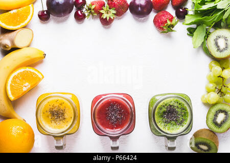 Auswahl von bunten Smoothies und Zutaten. Detox Gesundheit Kochen Konzept. - Stockfoto