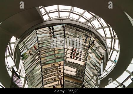 Im Inneren der Kuppel Reichstag in Berlin, Deutschland. Es ist eine Glaskuppel gebaut auf der umgebauten Reichstag die Wiedervereinigung Deutschlands zu symbolisieren. - Stockfoto
