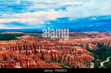 Blick über den berühmten Bryce Canyon bei Sonnenuntergang, Utah, USA. Der Bryce Canyon ist eine Sammlung von riesigen natürlichen Amphitheater mit roten, orangen und weissen Felsen - Stockfoto
