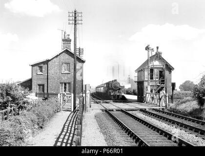 Heckington Blick nach Osten mit einer typischen GNR signal-Box und Salto-Signal. Der Zug ist die 2.39 Skegness nach Birmingham am 27.Juli 1963. Es wor - Stockfoto