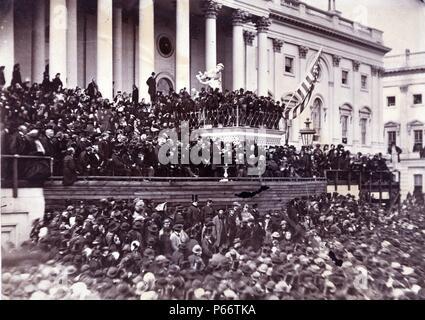 Abraham Lincoln seine zweite Antrittsrede als Präsident der Vereinigten Staaten, Washington, D.C. 1865. Foto zeigt Präsident Lincoln steht in der Mitte des Fotos (unter der Flagge und auf der linken Seite), im Osten vor dem U.S. Capitol. - Stockfoto