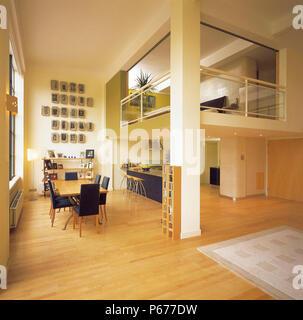 Küche und Essbereich der modernen offenen Loft Apartment auf 2 Ebenen. Durch modernarc entworfen und gebaut. - Stockfoto