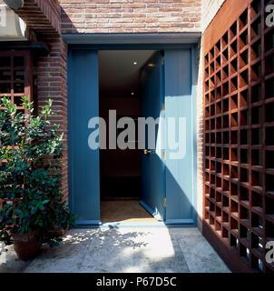 Ansicht der geöffneten Tür, die zu einem Haus - Stockfoto
