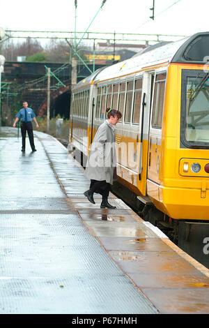 Die merseyrail Dienste aus Liverpool Lime Street reichen weit über die Mersey, einschließlich dieses Liverpool-Manchester Victoria arbeiten gesehen pic - Stockfoto