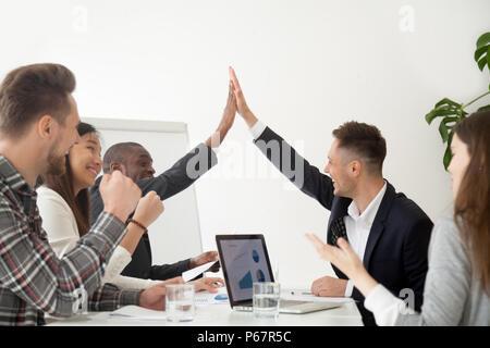 Lächelnd Kollegen hohe fünf von den Ergebnissen begeistert - Stockfoto