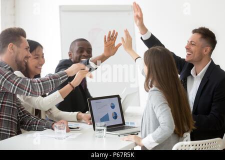 Aufgeregt Team hohe fünf Feiern für den gemeinsamen Erfolg - Stockfoto