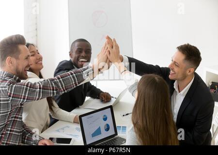 Aufgeregt tausendjährigen Gruppe hoch fünf für Ergebnis Leistung - Stockfoto