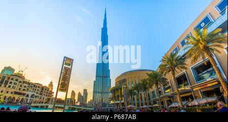 Abend Geschossen von Weltweit größte Gebäude Burj Khalifa Dubai Mall Down Town, Wasser Brunnen - Stockfoto
