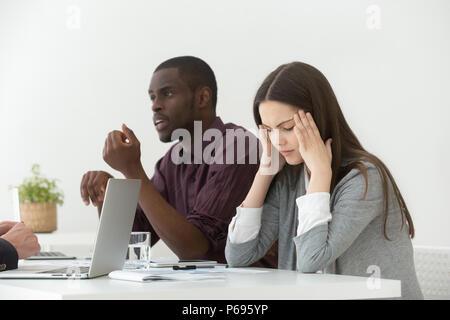 Betont weibliche leiden unter Kopfschmerzen während der Konferenz - Stockfoto