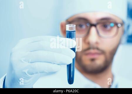 Einen Arzt oder Wissenschaftler im Labor eine Spritze - Stockfoto