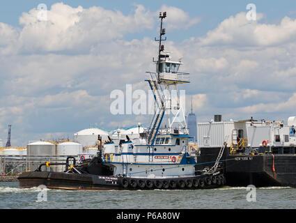 Harley Marine Services Dr. Milton Waner (ex Cameron) in Richtung Osten mit Petroleum Barge Chabria Meer. Freedom Tower in der Entfernung - Stockfoto