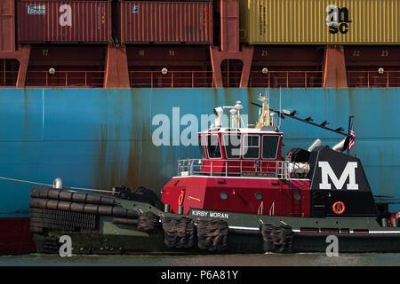 Moran Abschleppen des Traktors tug Kirby Moran unterstützt das Containerschiff ADRIAN MAERSK auf den Kill Van Kull, in westlicher Richtung Newark Bay Elizabeth Seaport - Stockfoto