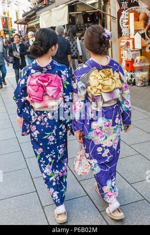 Japan, Hoshu, Tokyo, Asakusa, Mädchen im Kimono - Stockfoto