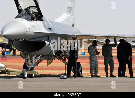 Geelong, Australien - US Air Force Flugbesatzungen der F-16 Viper demonstration Team bereiten die Flugzeuge während der Australian International Airshow und Luftfahrt & Verteidigung Exposition (AVALON) März 2. AVALON 2017 ist ein ideales Forum zur Schau zu US-Flugzeuge und Anlagen, insbesondere die neuesten in der fünften Generation wie der F-22 und F-35 Lightning II und es ist die größte und umfassendste Veranstaltung ihrer Art in der südlichen Hemisphäre und zieht die Luft- und Raumfahrt Berufe, Verteidigung, Luftfahrt Enthusiasten und die allgemeine Öffentlichkeit. Die USA beteiligt sich i - Stockfoto
