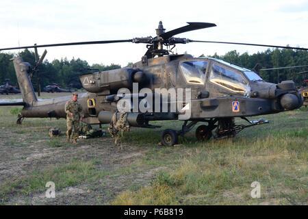 Us-Armee Apache Helikopter Piloten zu Task Force Viper 1 Bataillon zugeordnet, 3 Aviation Regiment, 12 Combat Aviation Brigade machen abschließende Kontrollen vor der Abreise Zagan Polen Training Area am 21 Juni, 2018. (U.S. Armee Foto von Charles Rosemond) - Stockfoto