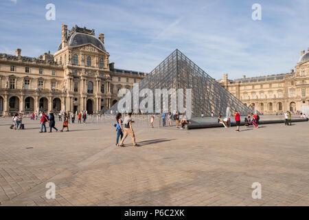 Paris, Frankreich, 23. Juni 2018: Louvre und Musée du Louvre Pyramide im Sommer - Stockfoto