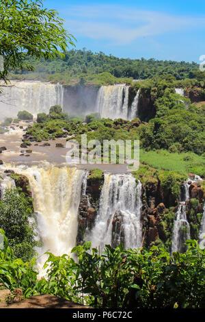 Oder sind die Iguazu Wasserfälle Iguaçu Wasserfälle Wasserfälle der Fluss Iguazu an der Grenze der argentinischen Provinz Misiones und der brasilianischen Bundesstaat Paraná, - Stockfoto