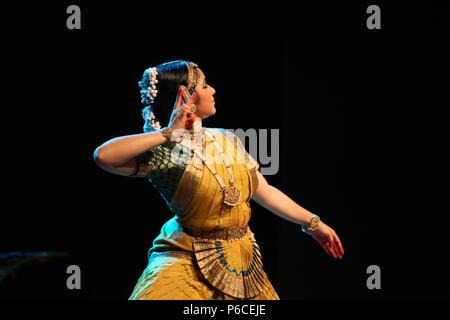 Bharata Natyam ist eines der acht klassischen Tanzformen Indiens, aus dem Bundesstaat Tamil Nadu. Die Bilder sind von verschiedenen Aufführungen - Stockfoto