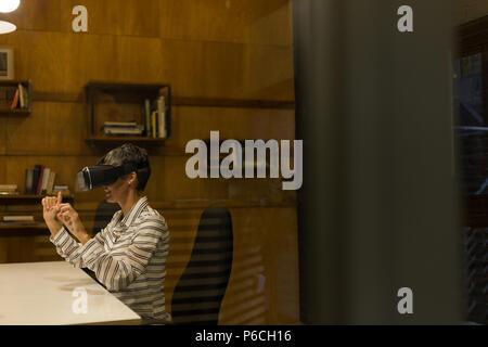 Reife Geschäftsfrau mit Virtual reality Headset - Stockfoto