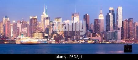 Ponoramic Blick auf die Skyline von Midtown Manhattan bei Nacht, New York City, NY, USA - Stockfoto