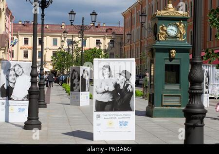 St. Petersburg, Russland - Juli 23, 2017: Poster mit einem Hilfsprojekt für Kinder mit Down-Syndrom, in denen Berühmtheiten aus Russland zu helfen - Stockfoto