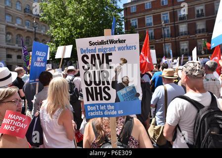 """London, Großbritannien. 30. Juni 2018. """"NHS bei 70: Kostenlos, für alle, für immer"""", Protestzug durch Zentral London mit seinen 70. Geburtstag. - Stockfoto"""