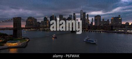 Juni 2, 2018 - NEW YORK, NEW YORK, USA - New York City und East River zeigt Brooklyn Bridge und Manhattan Skyline von Queens gesehen - Stockfoto